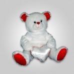 דובי גדול עם הדפס על חולצה ולב